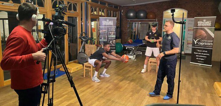 Kameramann André Kastenbein (von links) setzt Jerry Ndhine, Trainer-Sohn Dario Stojanovski und Thomas Senff-Binder in Szene.